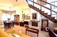 salotto con camino e comoda scala in legno